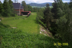 21. 5. 2006 - Kulové střeliště  na upraveném náspu - výška vrstvy nad patou  svahu - 10m.