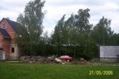 21. 5. 2006 - Prostranství před chatou. Asi by to chtělo uklidit a buňku trochu zkulturnit.