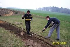 5. 4. 2009 - Zahrnutí kabelů pro ovládání  věží na LK rukama dobrovolníků