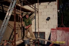 12. 8. 2010  Omítání hlavní budovy - sám si míchám, sám podávám na lešení tahám a sám taky omítám....... Co z toho mám ???????????
